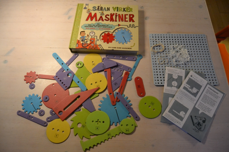 The content of the book/construction kit. (Danish version)
